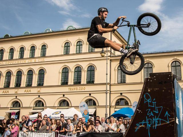 BMX Fahrer in der Luft