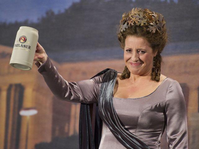 Luise Kinseher als Bavaria auf dem Nockherberg.