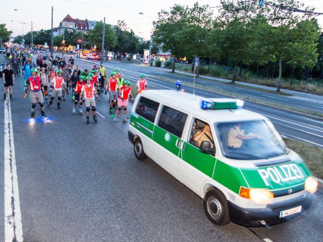 Polizeiwagen vor Inline Skatern bei der Blade Night