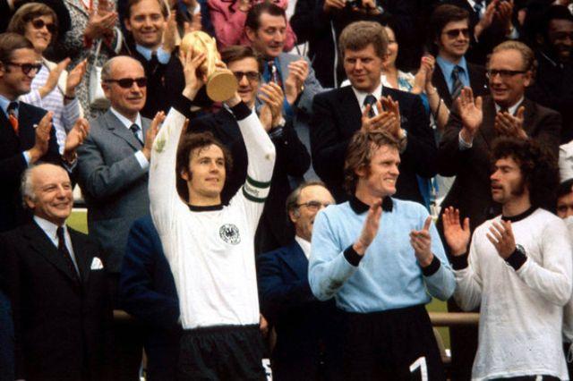 Franz Beckenbauer, Sepp Maier und Paul Breitner mit dem WM-Pokal 1974