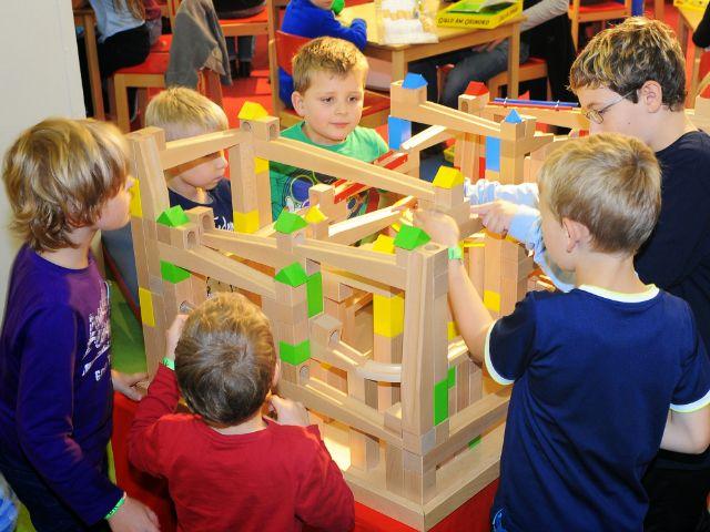 Spielwiesn: Kinder spielen mit Bauklötzen