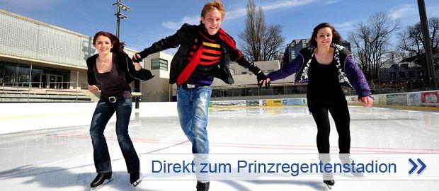 Gruppe jugendlicher Eisläufer im Prinzregentenstadion