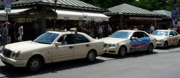 Taxis in der Münchner Innenstadt.