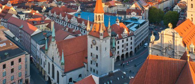Das alte Rathaus in München von oben in der Abendsonne.