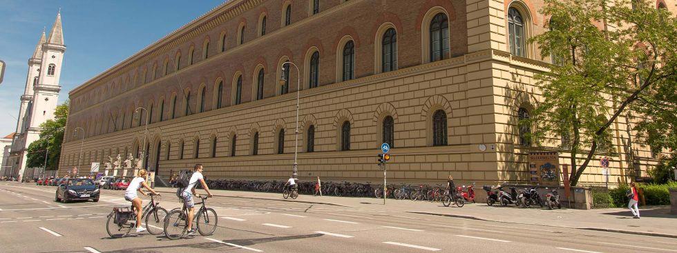 Radler auf der Ludwigstraße bei der Staatsbibliothek