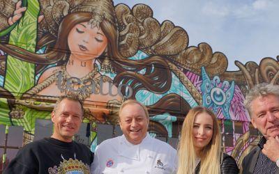 Graffiti-Enthüllung bei Schuhbeck mit Künstler WON ABC, Alfons Schuhbeck, Geschäftsführerin Maike Zipse und Produzent Clemens Zipse