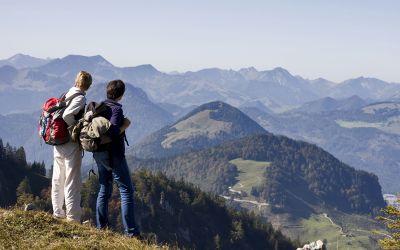 Bergsteiger blicken ins Tal