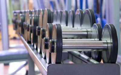Hanteln im Fitnessstudio