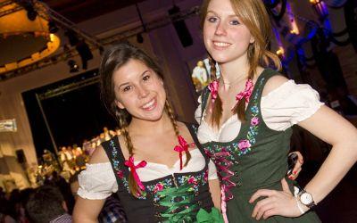 Zwei Mädchen in Tracht auf dem Starkbierfest im Löwenbräukeller