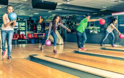 Gruppe junger Leute beim Bowling