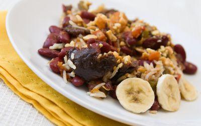 Afrikanisches Gericht mit Fleisch, Bananen und Bohnen