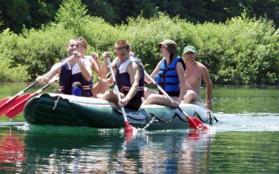 Gruppe junger Leute in Schlauchboot