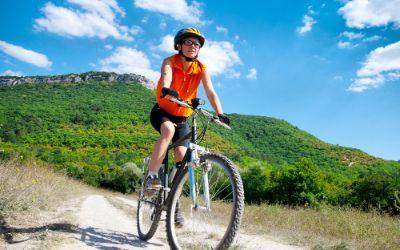 Mountainbikerin in den Bergen