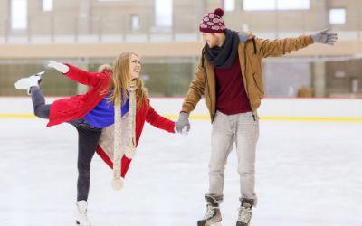 Paar beim Schlittschuhlauf