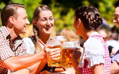 Anstoßen im Biergarten