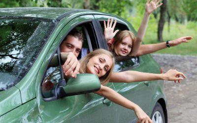 Junge Erwachsene winken aus Auto