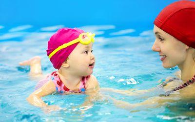 Mutter bringt Kind Schwimmen bei