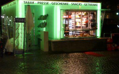 Der Kiosk an der Münchner Freiheit bei Nacht