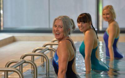 Frauen machen Fitness im Wasser