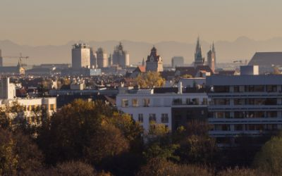 Aussicht vom Luitpoldpark aus auf die Stadt mit Frauenkirche im Herbst