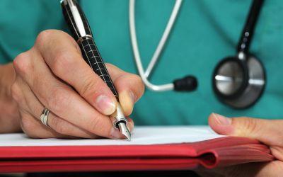 Arzt füllt Formular aus