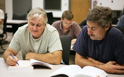 Zwei Männer lernen