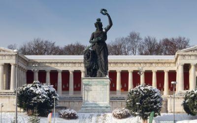 Die Bavaria auf der Theresienwiese im Schnee