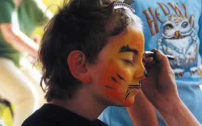 Kinderschminken beim Jakobifest in München.