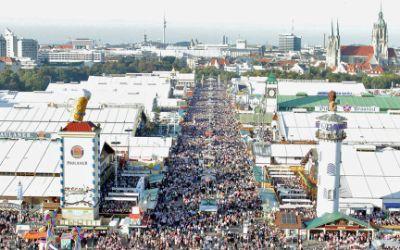 Eine Panorama-Aufnahme vom Oktoberfest
