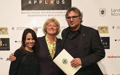 Michael Stückl (r.) und Fee Schlennstedt vom Club Unterfahrt neben Kulturstaatsministerin Monika Grütters