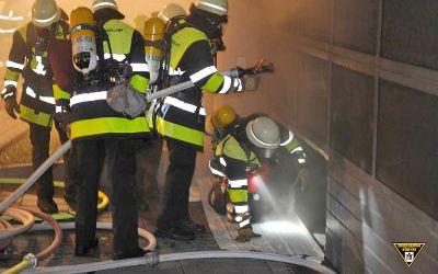 Die Feuerwehrmänner mussten ein Rolltor aufschneiden
