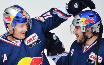 EHC Red Bull München bejubelt Tor.