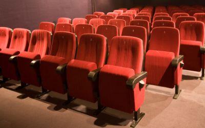 Kleiner Kinosaal mit leeren Sitzreihen