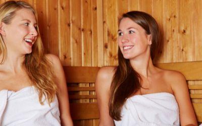 Frauen unterhalten sich angeregt in der Sauna