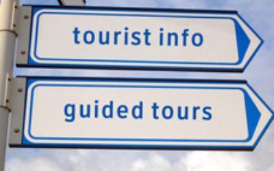 """Wegweiser mit den Worten """"tourist info"""" und """"guided tours"""""""