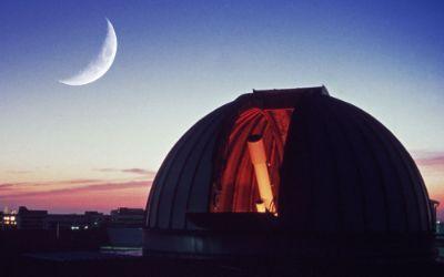 Volkssternwarte Kuppel mit Mond