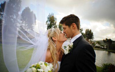 Junges Hochzeitspaar küsst sich
