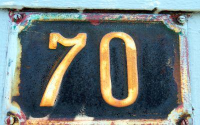 Hausnummernschild mit der Zahl Siebzig