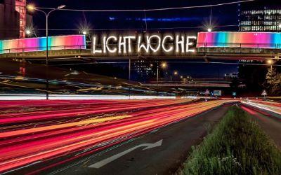 Lichtwoche: Schriftzug an Brücke