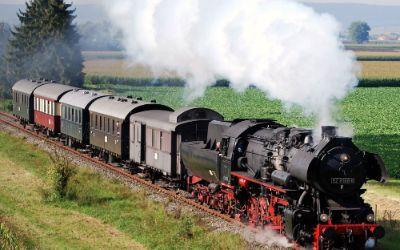Dampflok mit Dampf in Landschaft