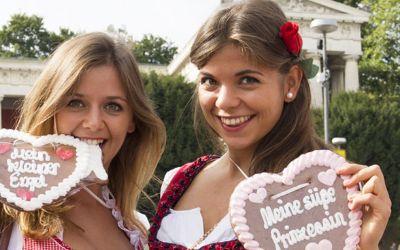 Zwei Wiesn-Besucherinnen freuen sich auf Wiesngaudi