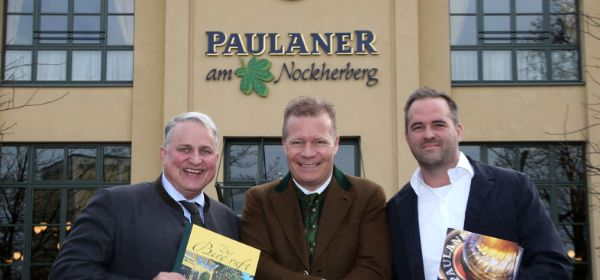 Die kommenden Nockherberg-Wirte Christian Schottenhamel (links) und Florian Lechner (rechts) mit Paulaner-Geschäftsführer Andreas Steinfatt
