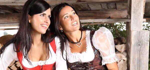 Zwei Frauen im Drindl