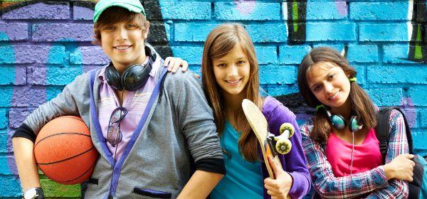 Jugendliche vor Graffiti-Wand