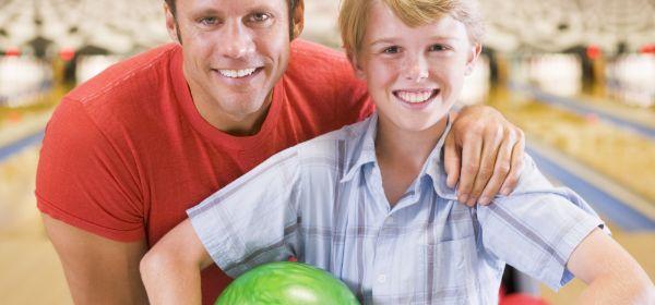 Vater und Sohn beim Bowling