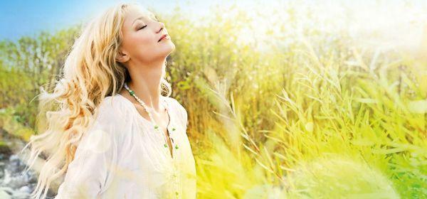 Blonde Frau in der Sonne
