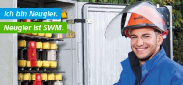 Mann mit Schutzhelm vor Stromkasten: Zukunft ist SWM