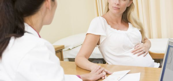 Schwangere bei Ärztin
