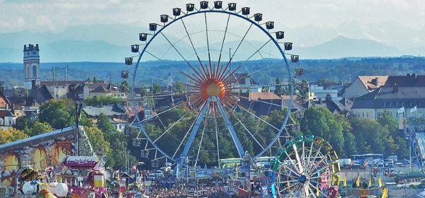 Oktoberfest Panorama mit Riesenrad