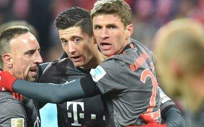 ayerns Robert Lewandowski (2.v.l) jubelt nach seinem Treffer zum 1:1 mit Franck Ribery und Thomas Müller.